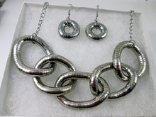 Load image into Gallery viewer, chunky silver interlocking 5-rings necklace set