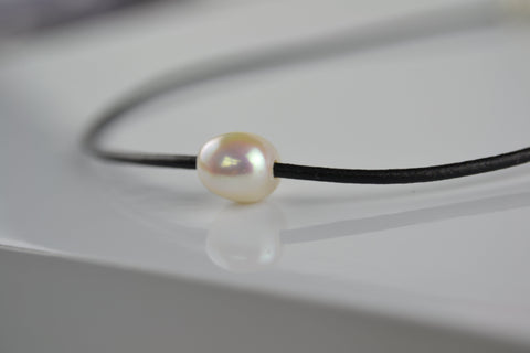 Choker: Ivory cultured pearl choker on a leather cord - Precious as a Pearl