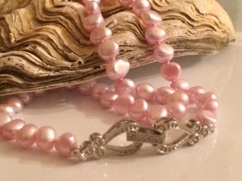 Necklace: Pink pearls hand-knotted on silk thread with hearts and flowers clasp - Classic - Precious as a Pearl