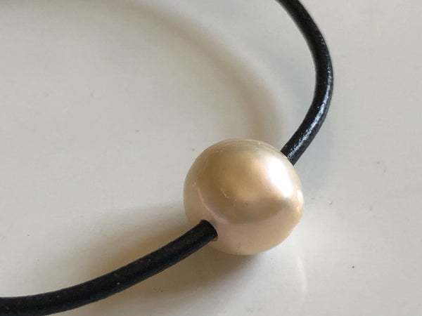 Bracelet: Pearl and leather cord bracelet - Precious as a Pearl