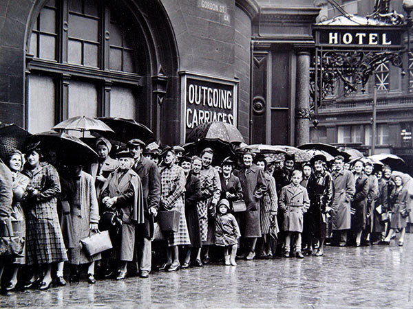 Queuing in the rain (Print 2401291)