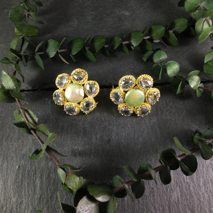 PP2942 EARRING FLOWER WITH GREEN CENTER