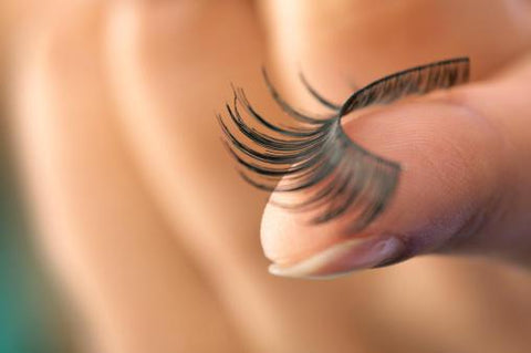 placing false eyelash