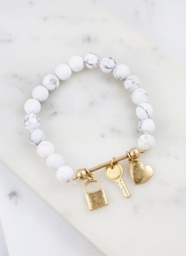 Daryl Beaded Bracelet With Bar And Charms White - Caroline Hill