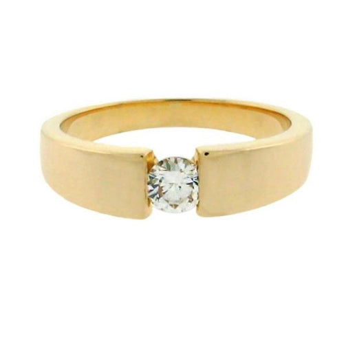 round diamond in a 14 kt yellow gold ring