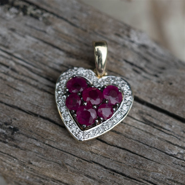 The centre of the pendant feature 6 natural, deep red rubies which are surrounded by 20 individual brilliant cut diamonds, with a total stone carat weight of 0.06ct