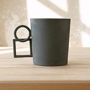 Geometric square and circle contrasting handle mug 'Alwin' in dark grey
