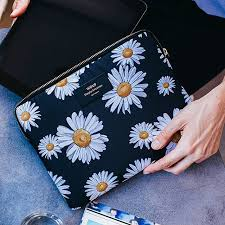 Pouch with daisy and black print in large