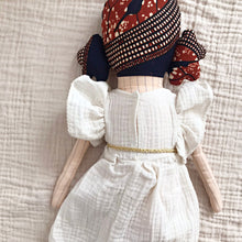 送料無料!POLAE DOLLS WITH WHITE DRESS AND GOLDEN BELT