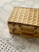 SMALL VINTAGE PICNIC BASKET