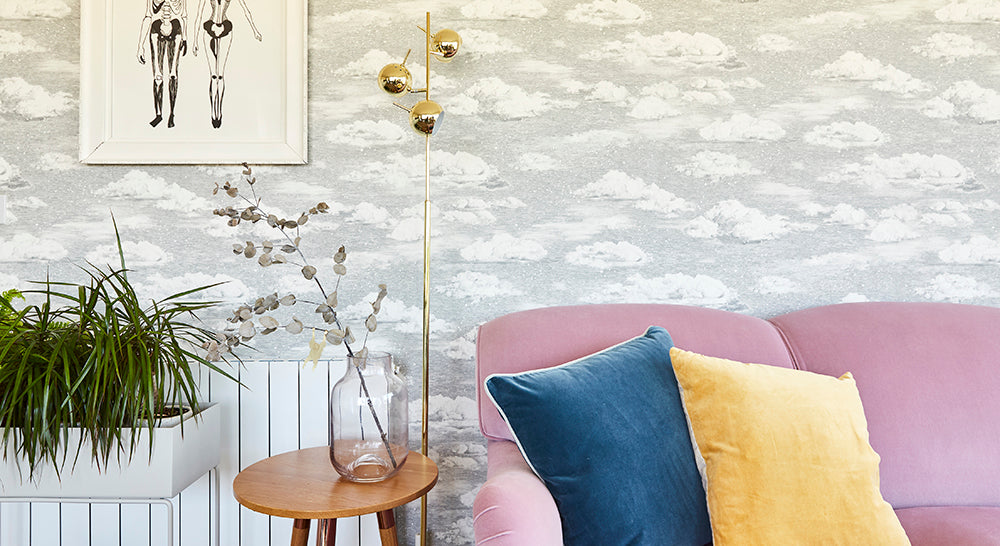 Sian Zengs Winter Snowdrift Wallpaper och MADE Austin Brass Golvlampa