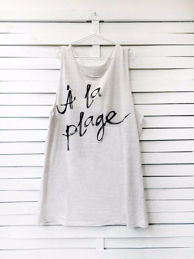 Muscle tee dress in lilac color with a black A LA PLAGE print