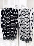 Reversible beach towel in black and white color with fringes