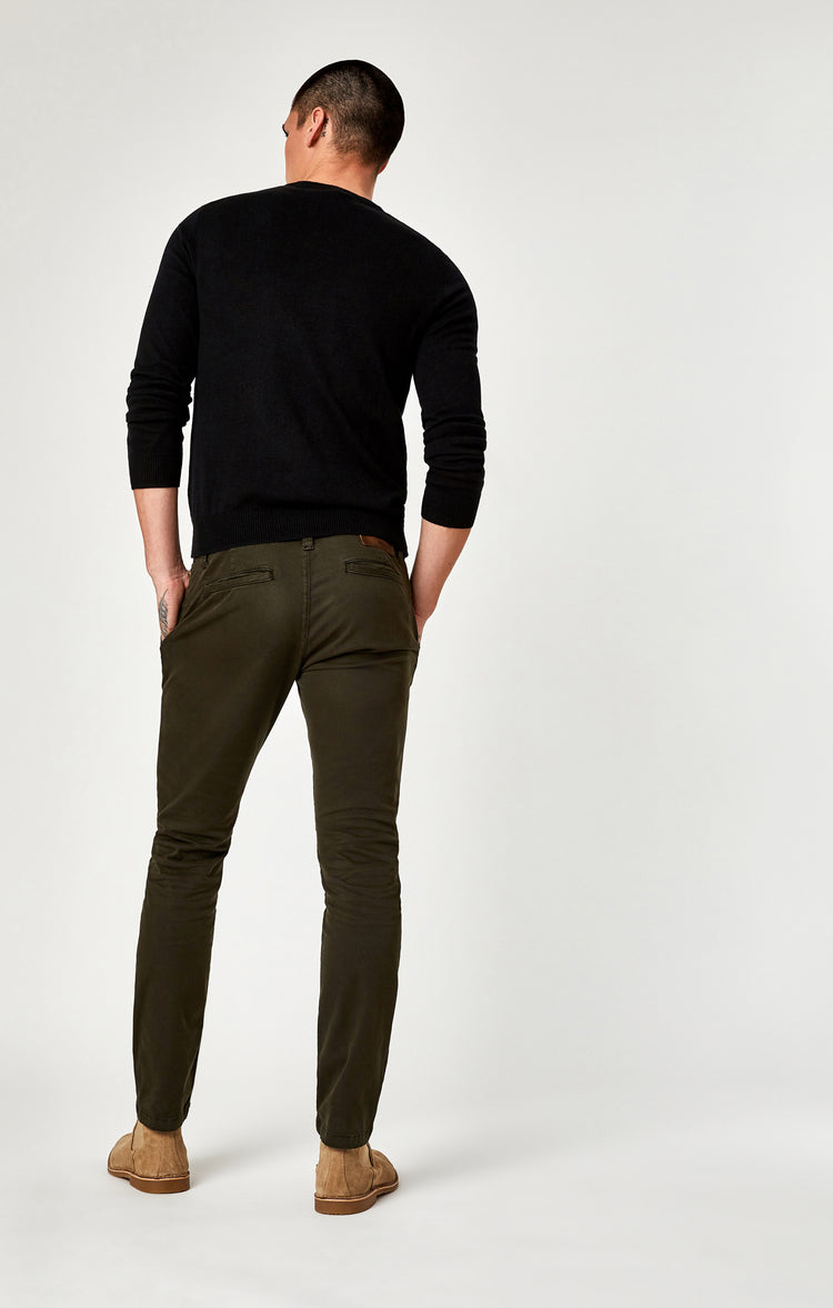 JOHNNY SLIM LEG CHINO IN DARK GREEN TWILL - Pants - Mavi Jeans