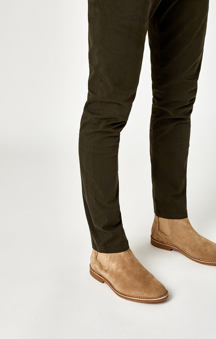 JOHNNY SLIM LEG CHINO PANTS IN DARK GREEN TWILL - Mavi Jeans