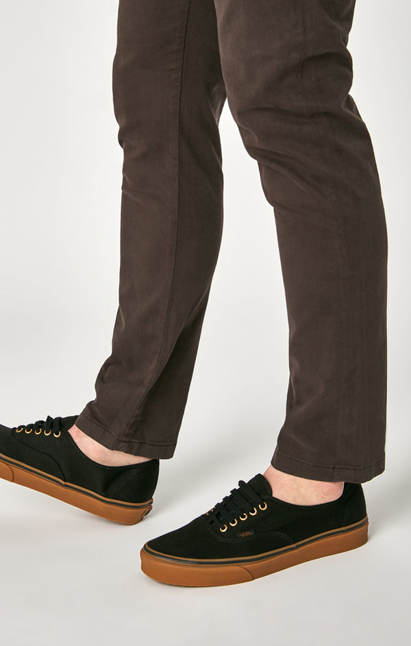 JOHNNY SLIM CHINO PANTS IN BLACK COFFEE SATEEN - Mavi Jeans