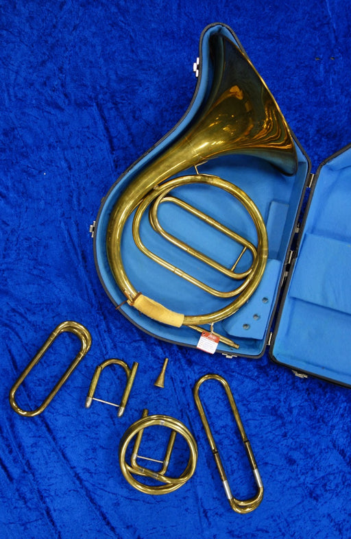 3915S Paxman Natural Horn with mouthpiece and 4 crooks - in very good condition and includes hard case