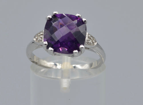10K white gold ring with faceted Amethyst cushion-shaped, criss-cross cut
