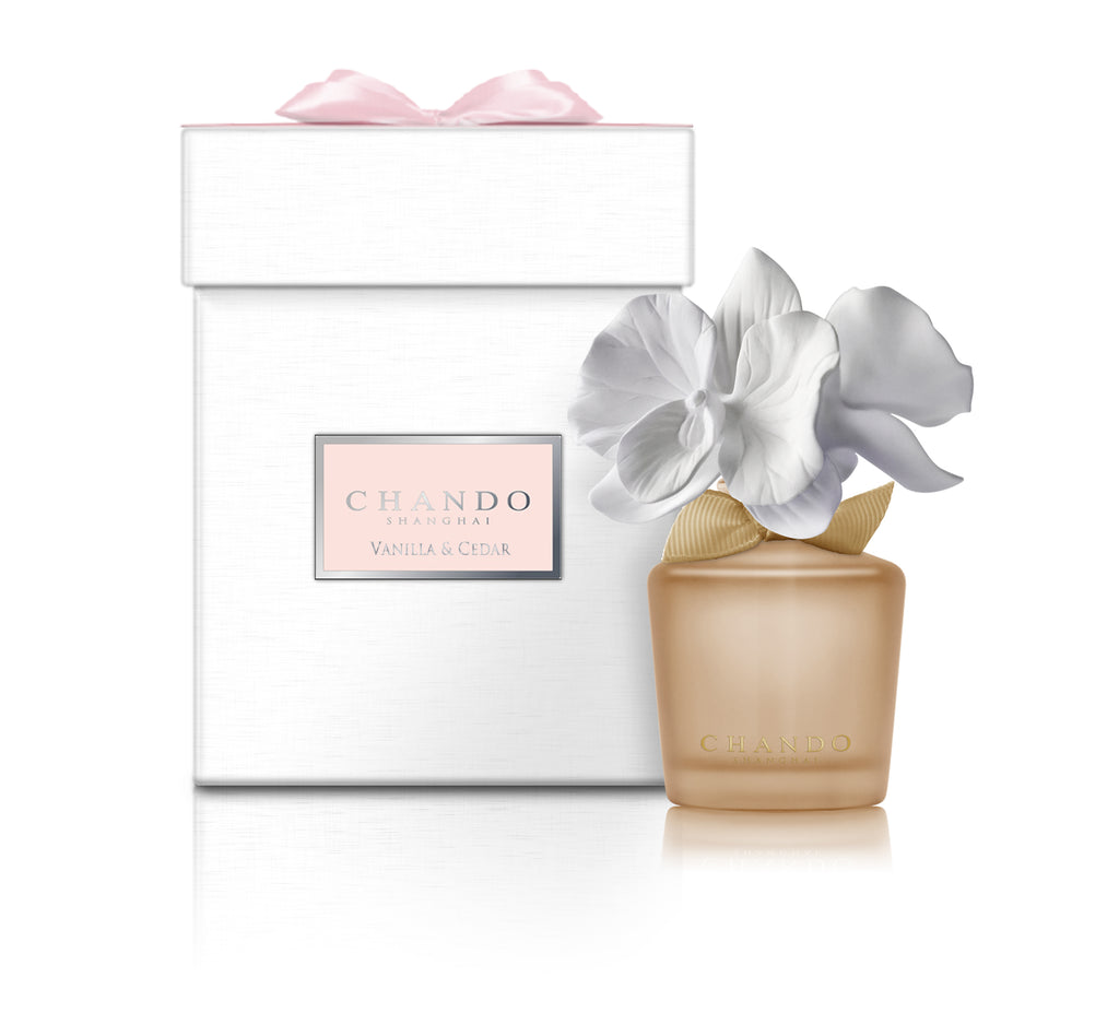 Chando Myst Mini-Vanilla & Cedar features 1 glass bottle filled with vanilla and cedar oil fragrance. 1 double porcelain orchid flower diffuser. Beautiful packaging.  Elegant. Great Mother's Day gift