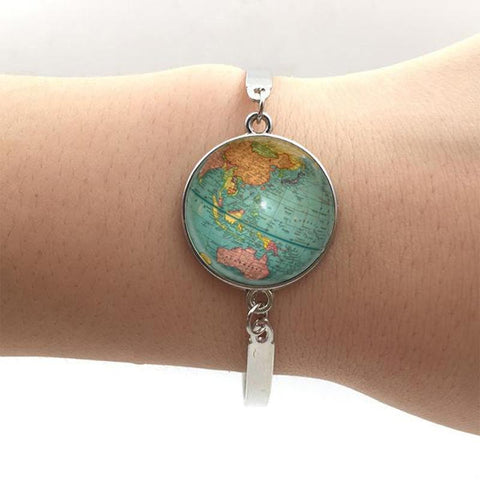 Earth pendant bracelet in silver.