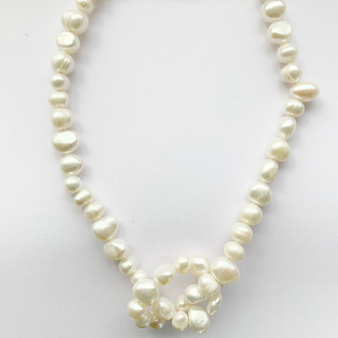 Bombom Fly Pearl Knotted Necklace White