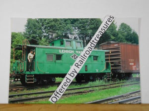 PHOTO Lehigh Valley Railroad Caboose #95103 Green and Box Car #9086 8x12