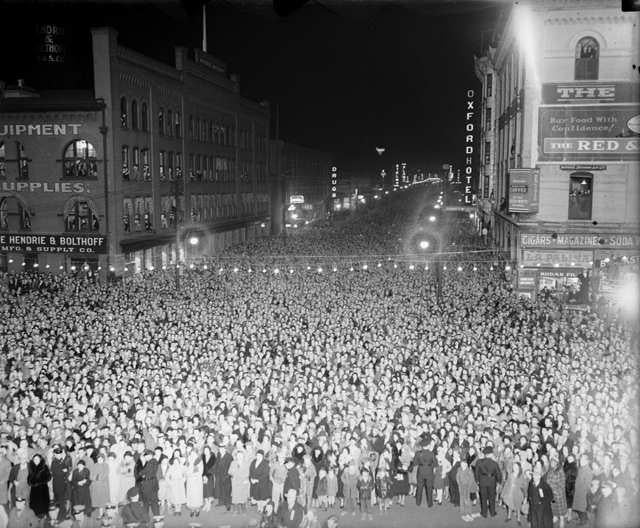 Black & White Photo Denver 1932 of crowd gathered in front of Union Depot to see President Woodrow Wilson speak