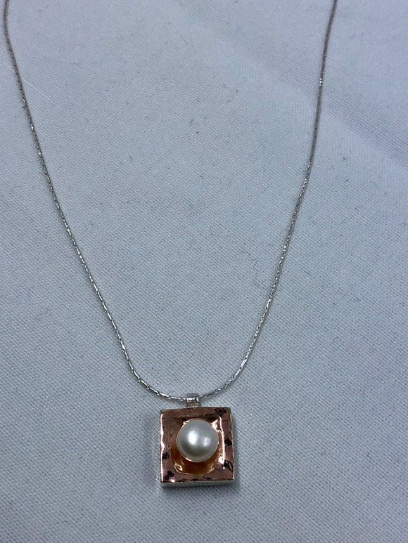 Smadar design pearl and rose gold necklace