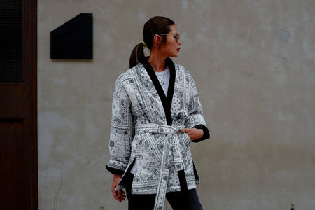 ( BLACK / WHITE ) PAISLEY PADDED KIMONO *BEST BUY*