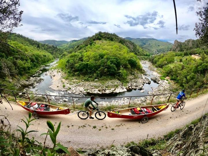 canovelo: bikers towing canoes and gear