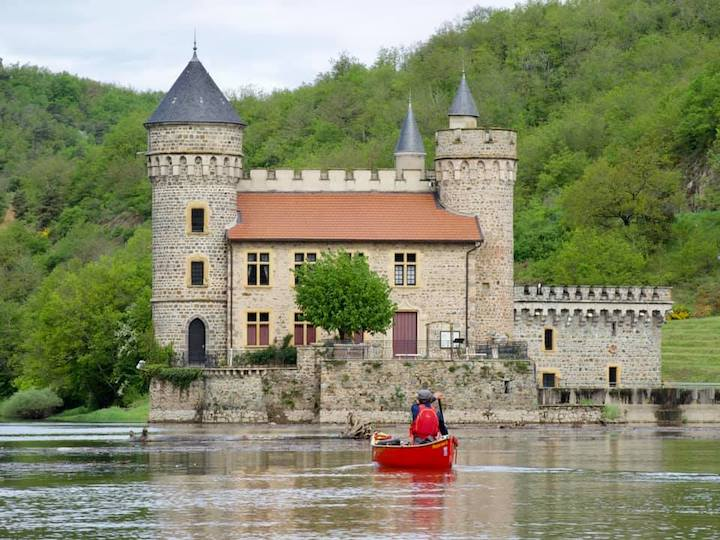 canovelo: canoeing by a castle