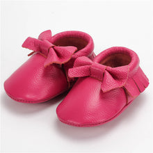 Real leather moccasins with a feminine bow and fringe in fuchsia modern twist