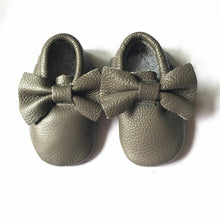 Real leather moccasins with a feminine bow and fringe in grey modern twist