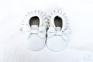 Real leather moccasins with a feminine bow and fringe in white modern twist