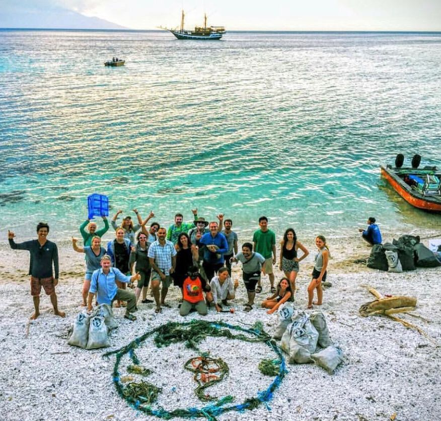 5 Gyres team beach cleanup