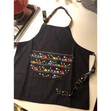 Load image into Gallery viewer, 台灣手工兒童工作服  Handmade kid's adjustable working apron with printed cartoon pocket -黑色小火車 (免運) - glorias-bookstore
