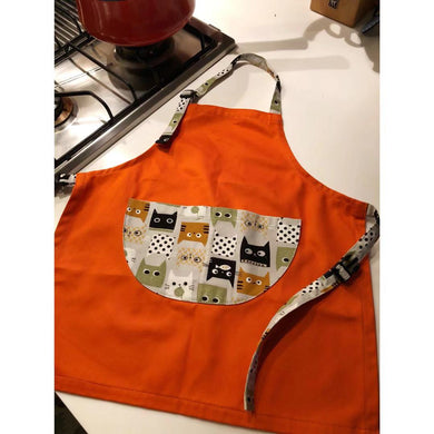 台灣師傅手工小小孩工作圍裙  Taiwanese tailor handmade adjustable working apron with printed cartoon pocket -橘色神秘貓 - Gloria's Bookstore 灣區中文繪本童書專賣