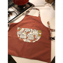 Load image into Gallery viewer, 台灣師傅手工小小孩工作圍裙  Taiwanese tailor handmade adjustable working apron with printed cartoon pocket -焦糖開心狗 - Gloria's Bookstore 灣區中文繪本童書專賣