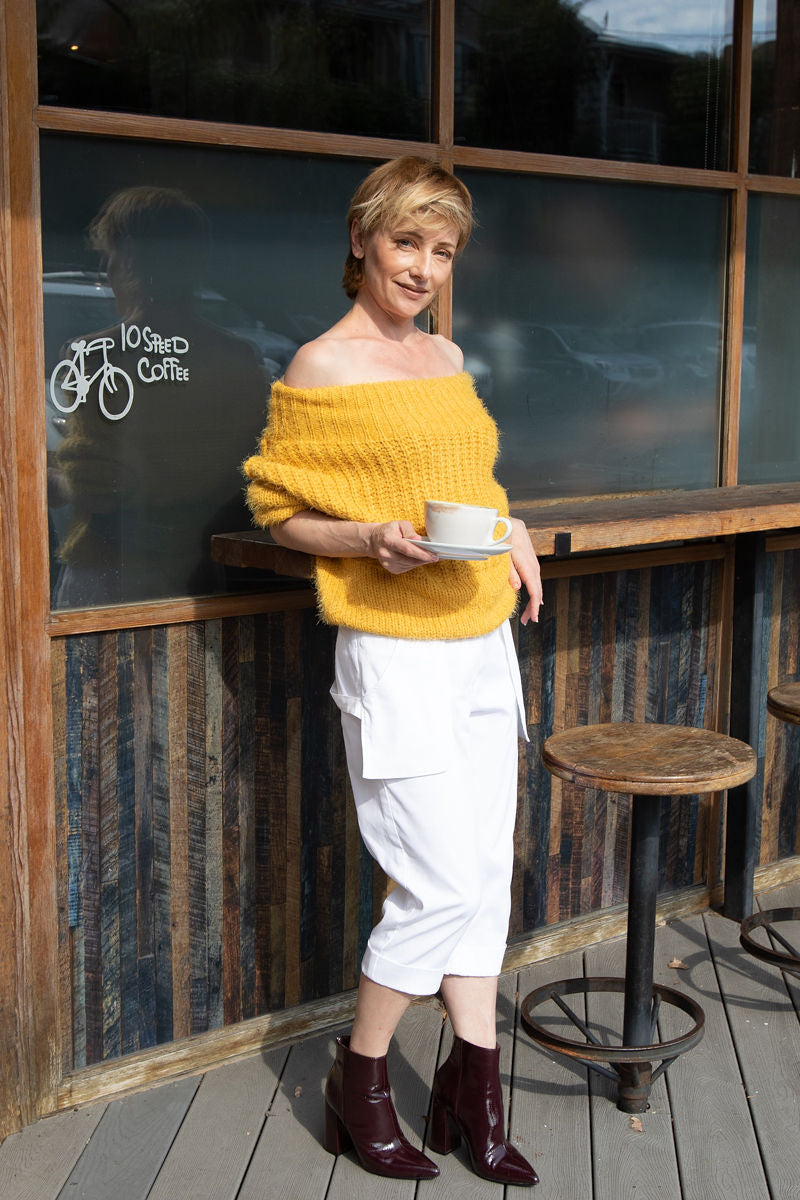 Heading out for matcha? Comfy and chic dress will help. Try our Loose Pockets Cropped Pants in White with your favorite sweater and ankle boots.