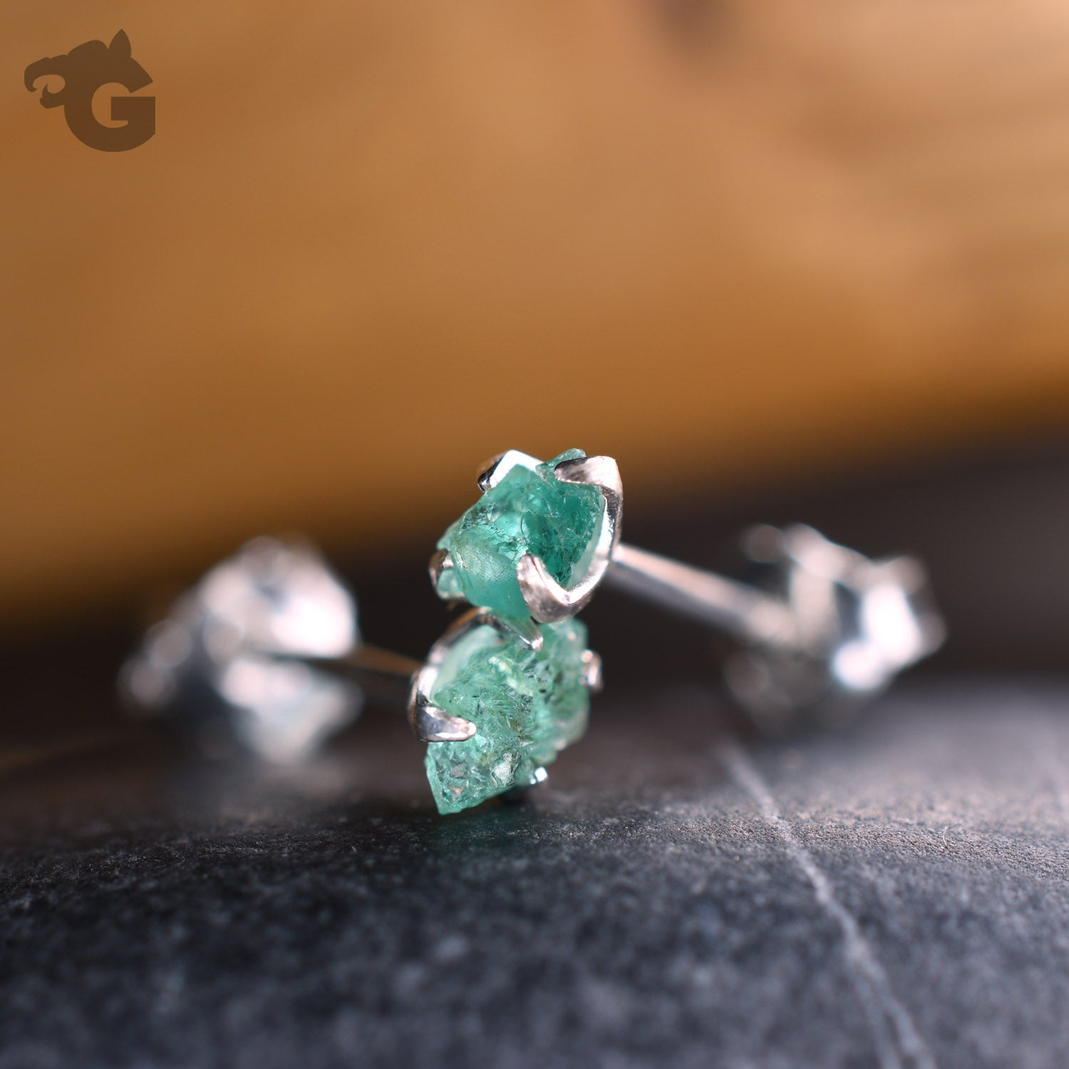 Single earring stud rough emerald
