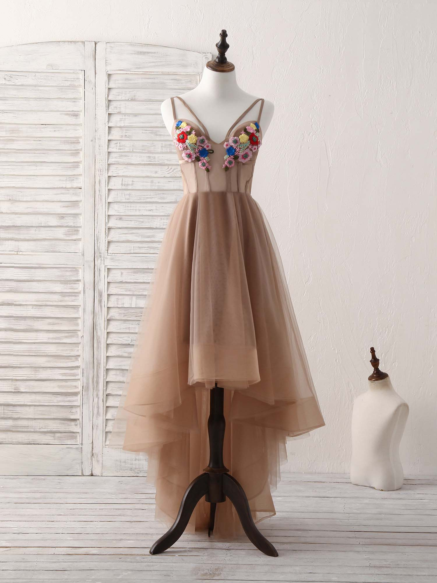 Cute champagne v neck tulle lace applique short prom dresses