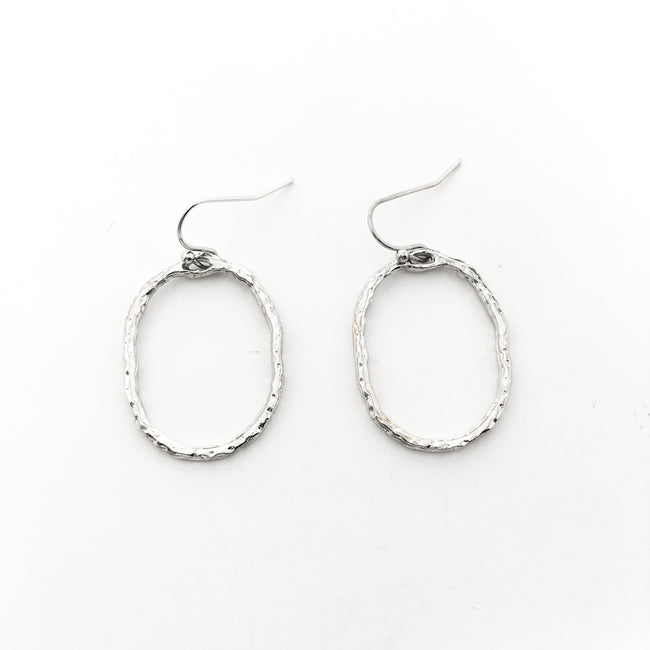 TWISTED HAMMERED SMALL ROUND EARRINGS | SILVER