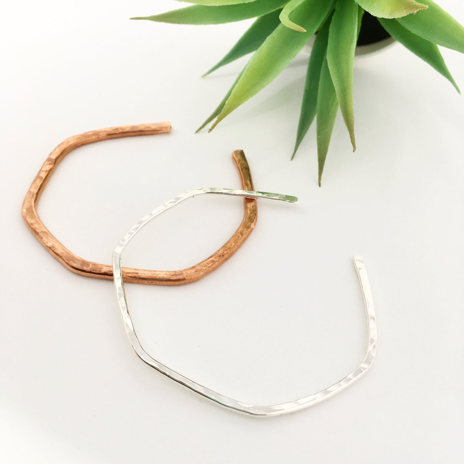 IMPRESSIONS HAMMERED THIN BRACELETS | COLOR OPTIONS