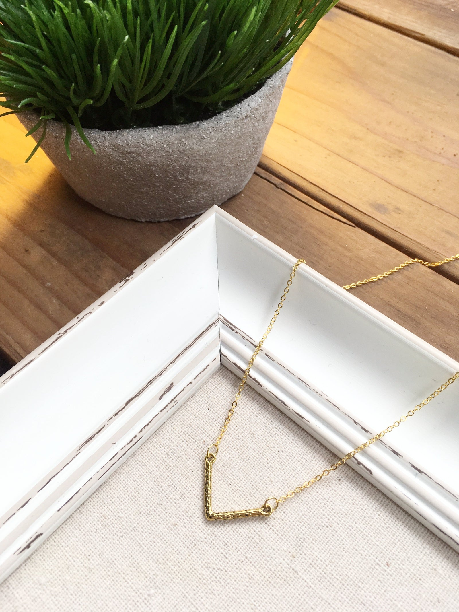 GOLD 'V' NECKLACE