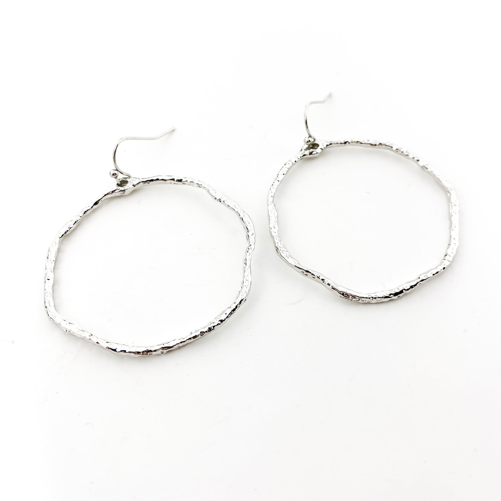 LARGE TWISTED HAMMERED HOOP EARRINGS | RHODIUM PLATED
