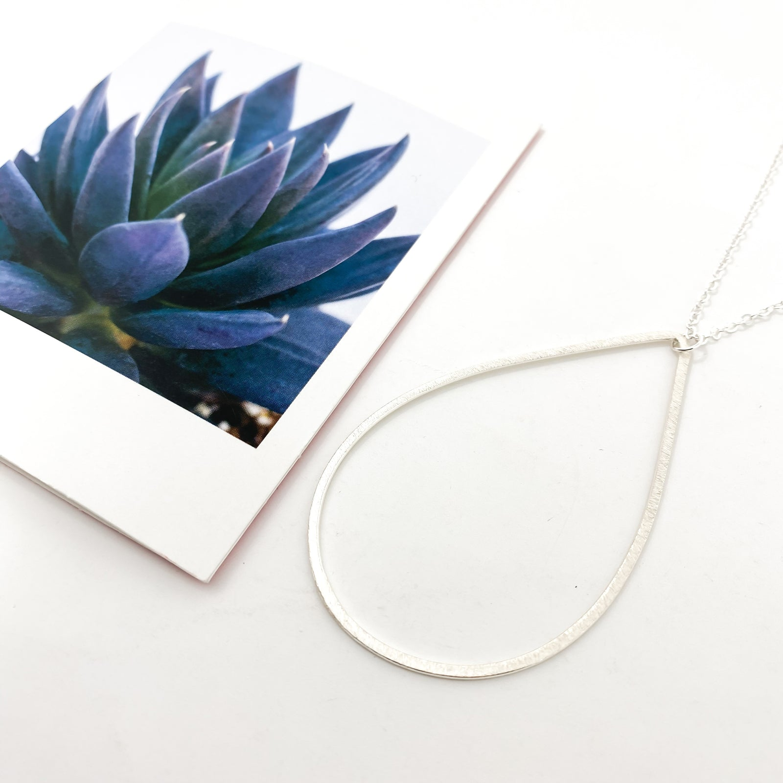 BRUSHED HANGING OPEN DROP NECKLACE | SILVER