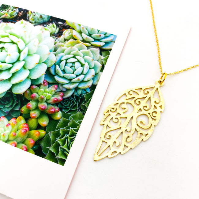 BRUSHED PATTERNED LEAF NECKLACE | GOLD