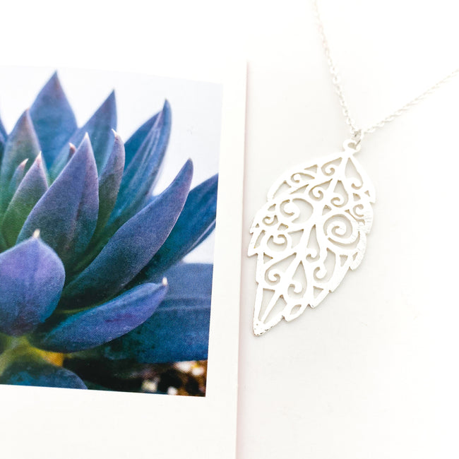 BRUSHED PATTERNED LEAF NECKLACE | SILVER
