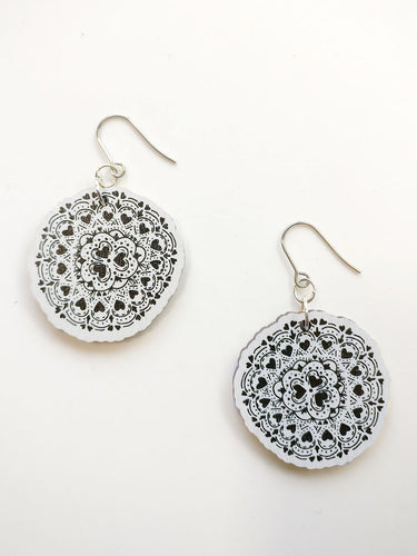 Sydänkäpy Earrings Black and White