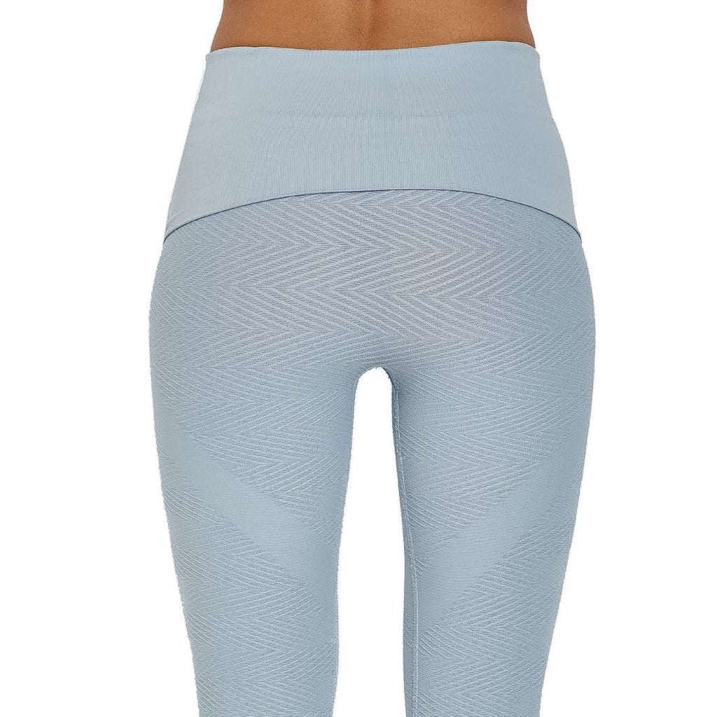 Herringbone Seamless Capri features an extra wide waistband that can be worn high waisted for more tummy control or folded over to hug right at waistline. We have added a knit-in boyshort for added comfort and opacity. Our seamless styles are knit from a technical yarn blend that wicks away moisture while providing all over leg compression.